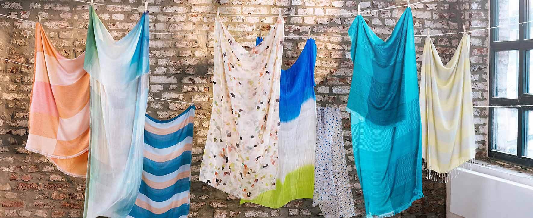 GEPA Schals auf einer Wäscheleine. Foto: GEPA - The Fair Trade Company / Nicole Hoppe