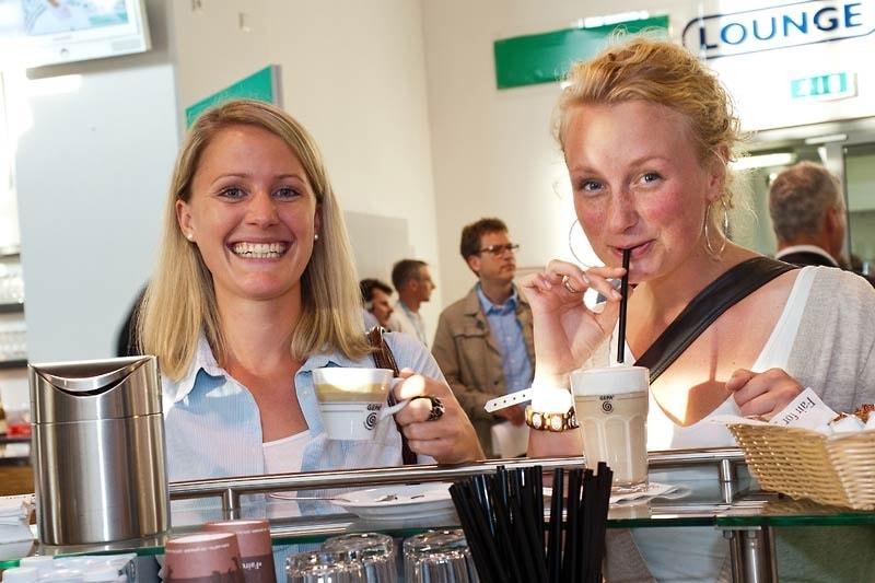 Zwei Frauen genießen fair gehandelten Kaffee