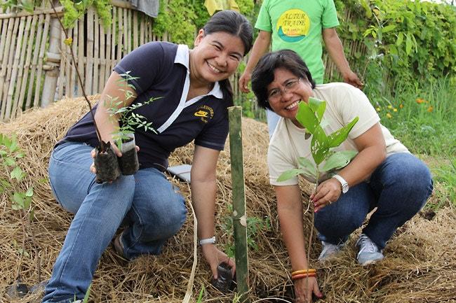 Mitarbeiterinnen von ATC pflanzen Bäume im Rahmen eines Klimaschutzprojektes